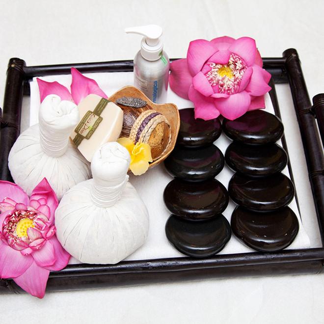 massage body bằng đá nóng